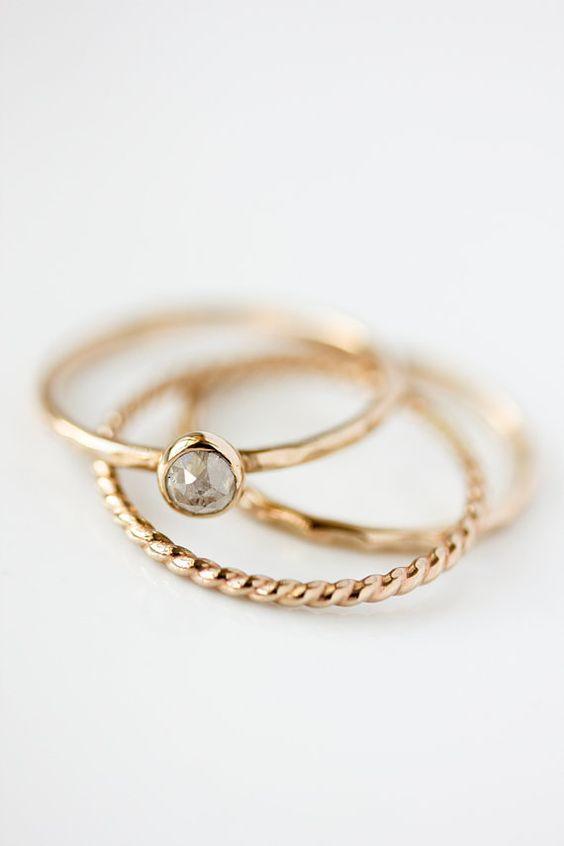 Rose geschnitten, Silber-grau-Diamant-Ring, Verlobungsring, farbige Diamanten, rustikal, alternative, moderne, organisch, April Geburtssteine   {D e t a i l s}  Dieses Angebot ist für eine schöne farbige Rosa Diamant Ring fabriziert nur für Sie in Solid 14 k gold recycelt Handgehauene.  Jeder Diamant ist, hat seine eigene einzigartigen Nuancen von Silber und grau.  :: Diamond Größe - ca. 3,3-3,5 mm :: Ringschiene - 1,3 mm breit, gehämmert (glatt oder Waldland Texturen verfügbar auch)…