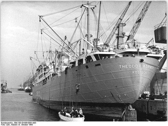 """DDR: Das Lehr- und Frachtschiff """"Theodor Körner"""" beim Bootsmanöver im Rostocker Überseehafen. 1965"""