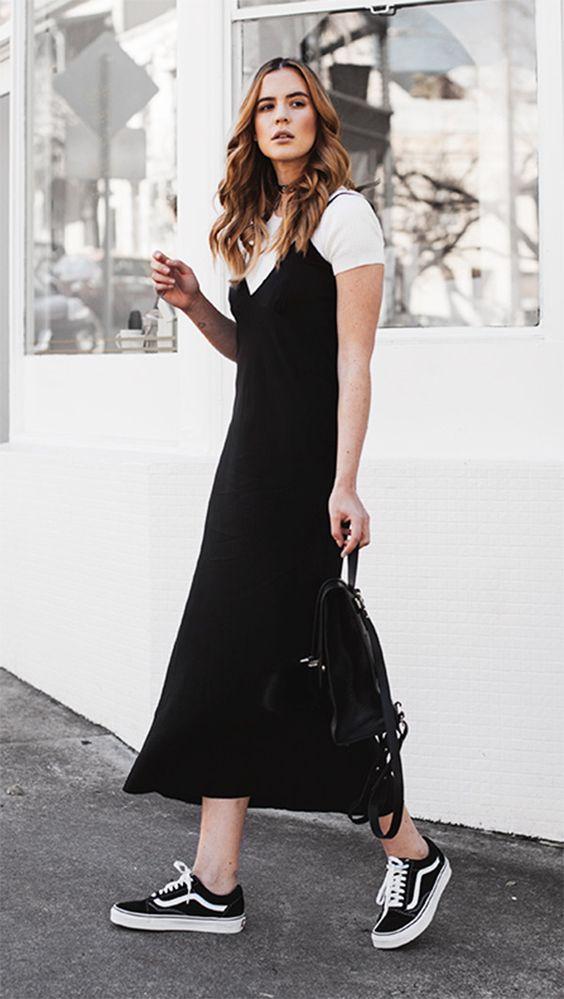 Slip dress con playera blanca abajo combinada con tenis Vans Old Skool