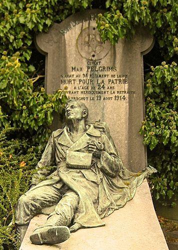 In a private grave is Max Pelgrims, Aarschot died August 19, 1914. The sculptor Ernest Salu is the creator of this wonderful work of art which, poignantly, makes us live the dying soldier. (Laekens Cemetery, Brussels)