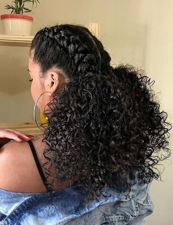 cabelo cacheado com tranças amarrado
