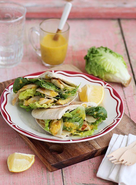 Découvrez la recettes du sandwich à la salade César de Piment Oiseau. Une recette simple et gourmande à base de pain pita, poulet, parmesan et sucrine.