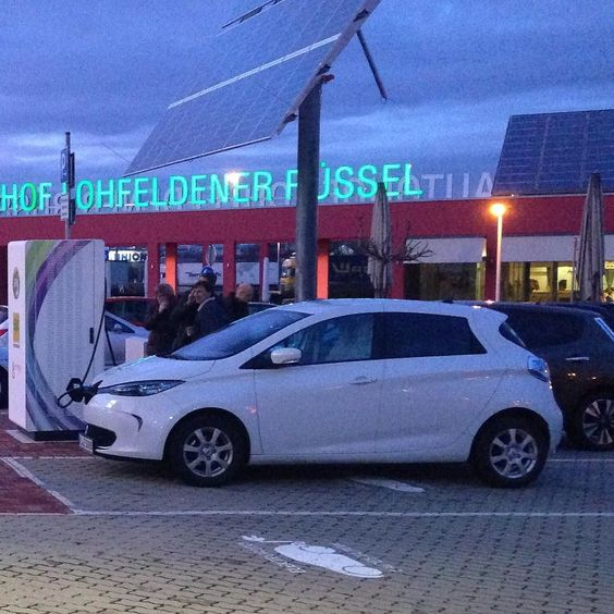 #Renault #ZOE und #Nissan #LEAF in #Kassel am Laden #Elektromobilität #Elektroauto #instacars #ev #electricvehicle #charge by savingvolt