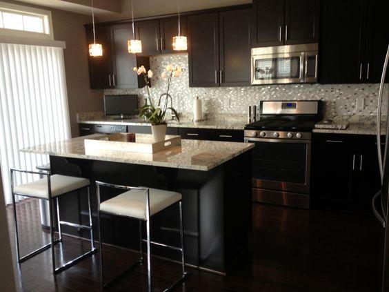 Muebles oscuros y revestimiento de venecita cocina - Luces para muebles de cocina ...