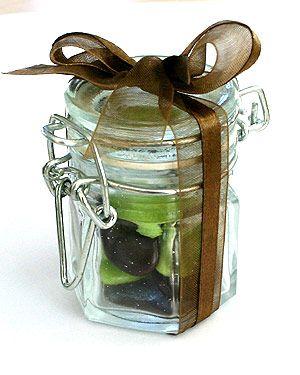 Trognons et acidulés, nos petits pots de confiture avec leur couvercle à l'ancienne raviront tous vos invités ! http://www.mariage.fr/mini-pots-a-confiture-en-verre-contenant-dragees.html