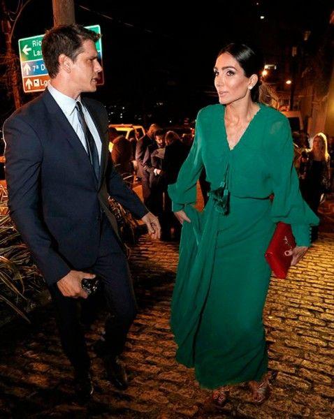 Andrea Santa Rosa, mulher de Márcio Garcia, também mandou bem no vestidão anos 70 verde