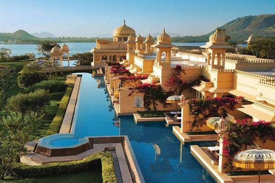 The Oberoi Udaivilasのパビリオンやドームはラジャスタンの宮殿をイメージした壮大な建築で、ウダイプールのピチョラー湖のほとりに位置するホテル「ジ・オベロイ・ウダイビラス・ウダイプール(The Oberoi Udaivilas, Udaipur)」。 インドで王族気分を味わいたいならここ!