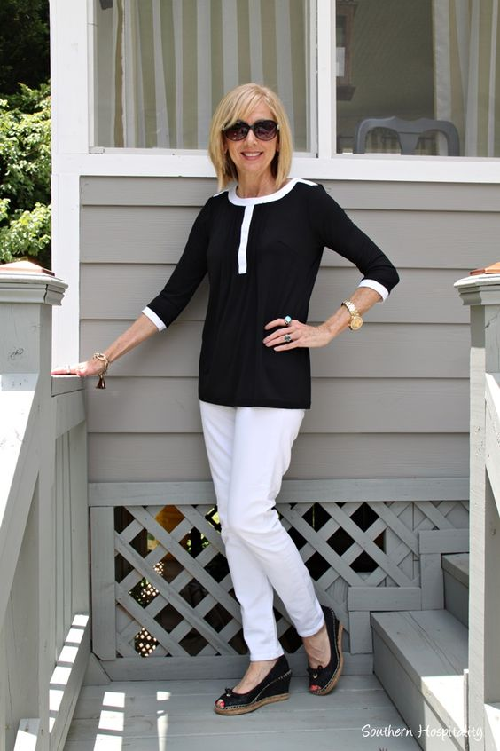 Black and white top from Covered Perfectly. #fashionover50 #coveredperfectly