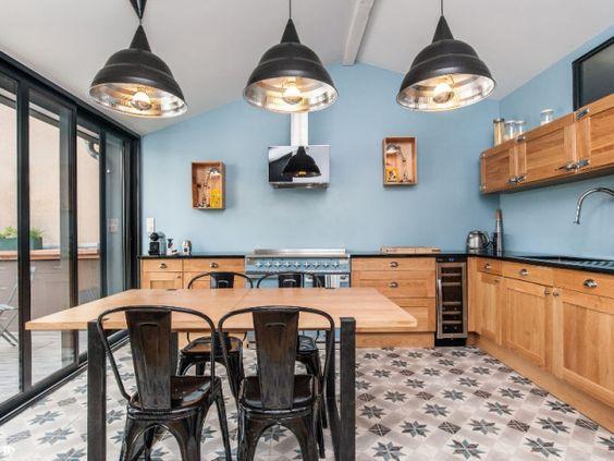 Bois brut et style industriel pour une cuisine ouverte sur une terrasse