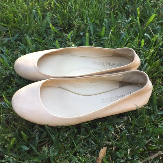 Vera Wang Cream Flats Lightly used Vera wang cream colored flats. good condition and very comfortable Vera Wang Shoes Flats & Loafers