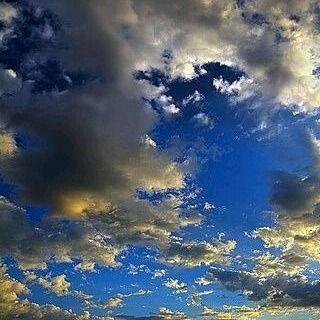 . Tarde de nubes. Nubes de otoño. Colores casi imposibles Paletas de pintor inacabables.  Tarde de lluvia, nubes productivas, generosas y solidarias.  Se termino la tormenta.....y alguna de ellas quedo de guardia, de recuerdo, de un posible souvenir para algún turista.  Incrédulo de tanta belleza. . #adelapla . #nubesdecolorescasiimpisibles #celsdetardardetardor #mediterranean . #miradascreativas #visionesapreciativas #trocitosdealma #pensamientosdetrastero #sentimientossolubles…
