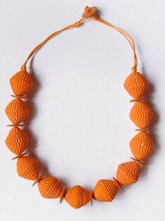 Collar cuentas de papel corrugado naranja.