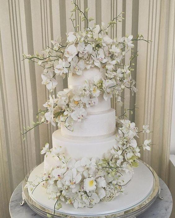 Uma cascata linda em espiral cheia de orquídeas phaleonopsis, denfales, rosas abertas e peonias para um super casamento hoje na @casacharlooficial com super time @babileiteeventos @andrepedrotti @jrmendesmake @wanda_borges @lanrodriguesfoto ❤️