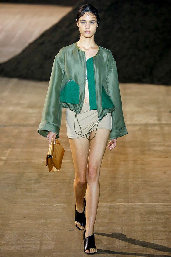 Lựa chọn gam màu xanh rêu trên mẫu áo khoác ống suông  khiến chiếc áo này vô tình trở thành trend cực hot trong mùa đông năm nay