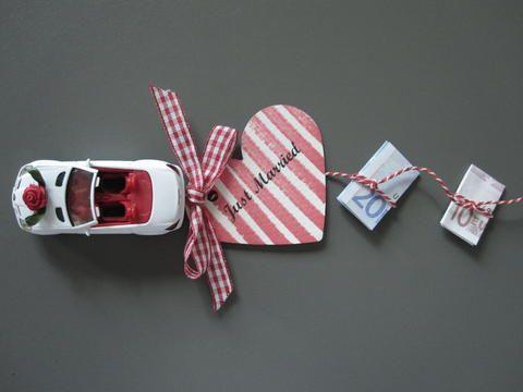 Einfach einen Faden an ein Spielzeugauto binden, und das Geld daran befestigen. Tolles Geldgeschenk!
