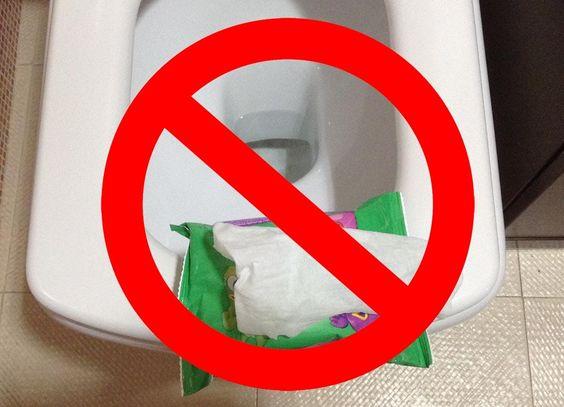 Tirar toallitas húmedas al váter, un grave problema medioambiental del que no somos conscientes.