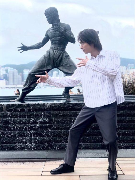 【ザテレビジョン芸能ニュース!】画像:【写真を見る】独占SHOT!!ブルース・リーのポーズをとる横浜...