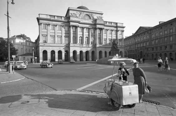 Zbyszko Siemaszko, a water seller outside Staszic Palace on Nowy Świat street,  between 1960 and 1970, photo: National Digital Archives (NAC) - photo 6