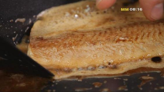 Kocken Michael Björklund visar hur man steker fiskfilé.