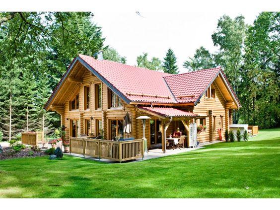 Mitten im gr nen ein holzblockhaus auf zwei ebenen for Holzblockhaus modern
