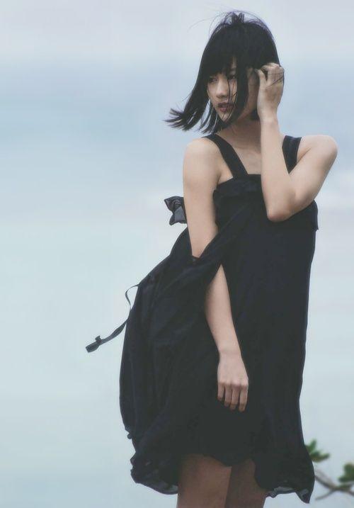 黒ワンピの橋本愛