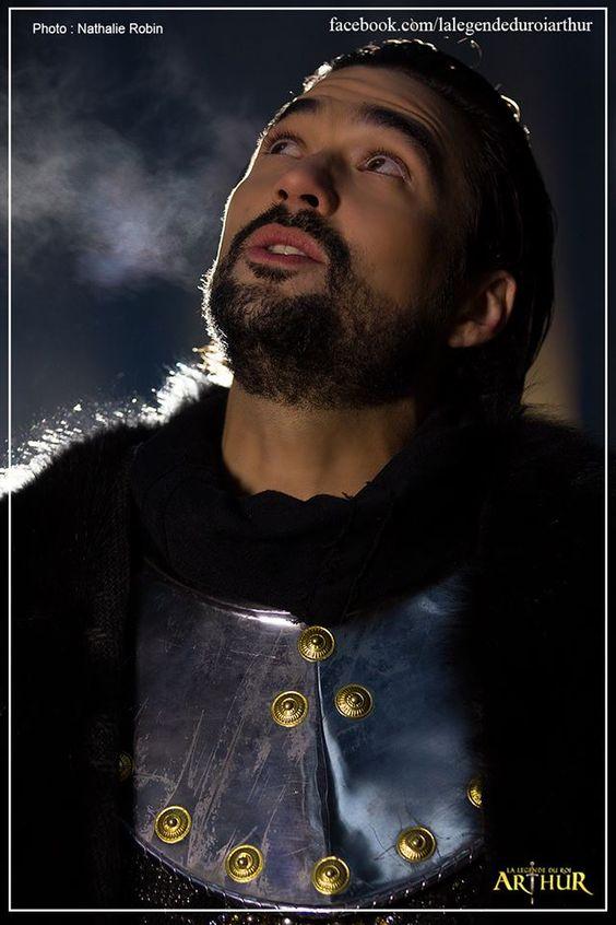 """Le Roi Arthur (Florent Mothe) sur le tournage du clip """"Quelque Chose De Magique"""" - La Légende Du Roi Arthur"""
