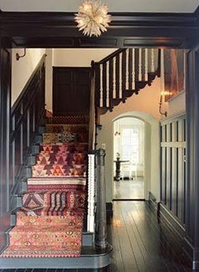 Plusieurs tapis différents dans l'escalier