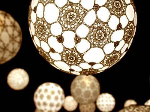 Que tal descobrir uma maneira incrivelmente simples de criar uma linda luminária de crochê? Veja as instruções e faça em casa