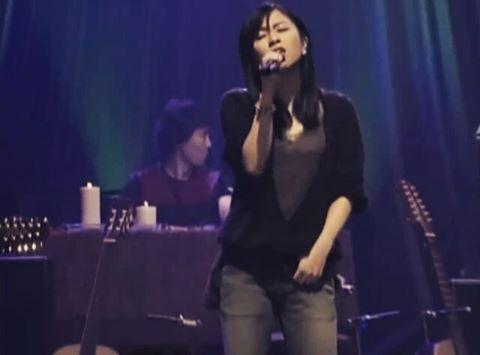 歌唱中の宇多田ヒカル