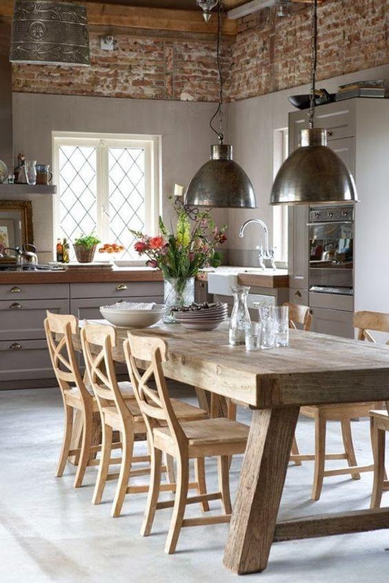 Mesa de madera y lámparas colgantes estilo industrial