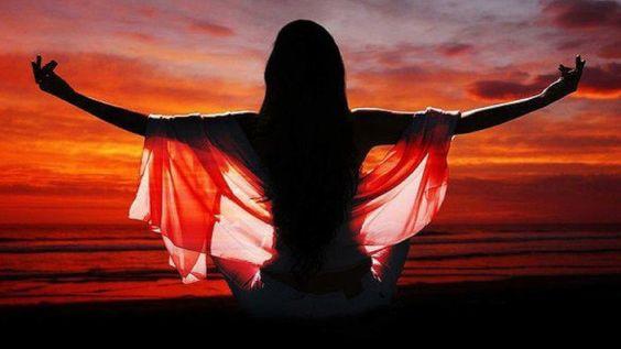 Накоплению женской энергии и силы будут способствовать: Пребывание на природе. Женщина получает энергию от природы, а мужчина от женщины. Гуляйте на свежем воздухе, смотрите с восхищением на все жи…