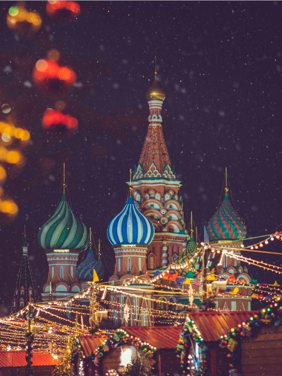 La magnifique Place Rouge de Moscou et sa cathédrale Basile le Bienheureux sont encore plus belles sous la neige ! Moscou est l'endroit rêvé pour passer les fêtes de Noël avec sa famille.  Découvrez toute l'actualité sur la Russie sur Easyvoyage !  #moscou #moscow #russie #russia #basilelebienheureux #saintbasils #cathédrale #cathedral #placerouge #redsquare #snow #neige #winter #christmas #paysage #voyage #travel #trip #tripidea #idéesdevoyage #guide #guidedevoyage #easyvoyage