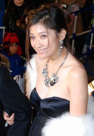 ドレス姿で歩いている篠原涼子