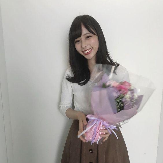 花を持つ山本萩子アナ