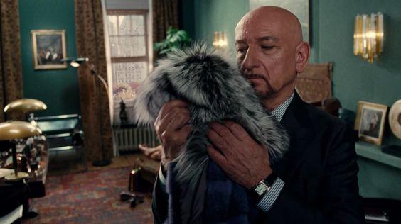 """Sir Ben Kingsley se rende ao casaco de pele da Prada no curta """"A Therapy"""", de Roman Polanski"""