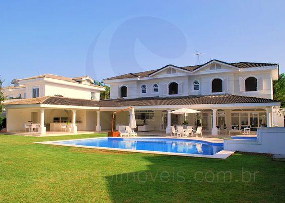 Com estilo diferenciado e charme, esta residência do Condomínio Jardim Acapulco foi construída para oferecer máximo conforto aos seus moradores e está disponível para venda ou locação diária.