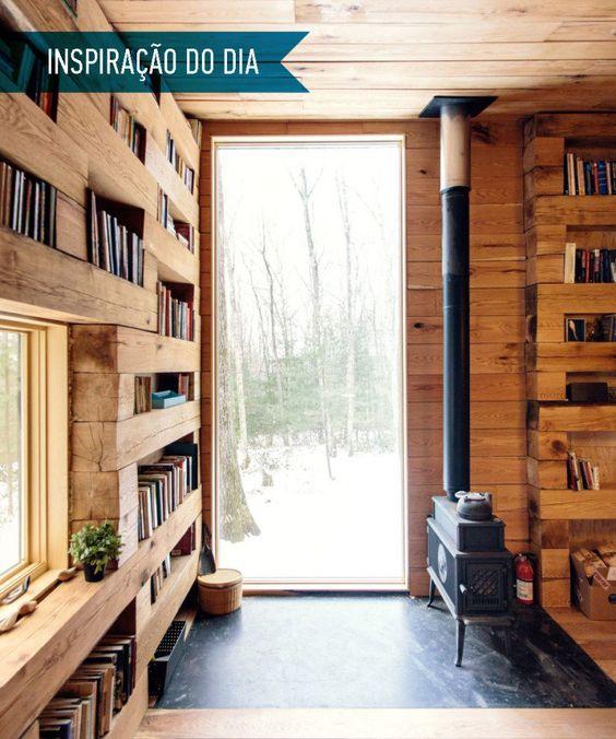 01-cabana-com-biblioteca-e-lareira-no-meio-da-floresta