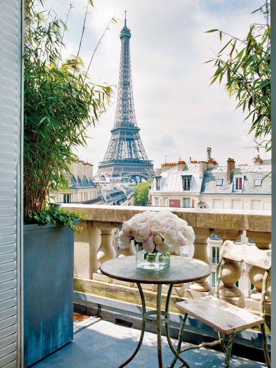 ¡OH LA LA, QUÉ VISTAS! La casa, en el último piso del edificio, se asoma a los tejados de París y la Torre Eiffel aparece en el horizonte. En el balcón, una mesa de jardín del s. XIX, en hierro y mármol, y una silla hecha con ramas y troncos, todo procedente de la galería de Stéphane Olivier.