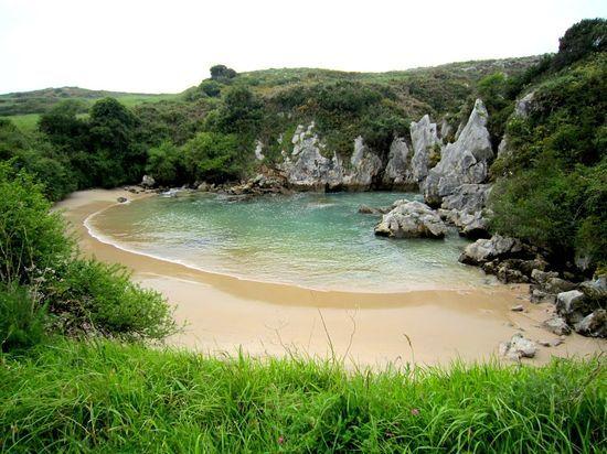 1 Gulpiyuri.  Llanes,  Asturias  El agua del Cantábrico se filtra entre la roca caliza para crear una laguna salada rodeada de prados. El mar está cerca, pero no se ve. Un paraje  extraño y mágico.