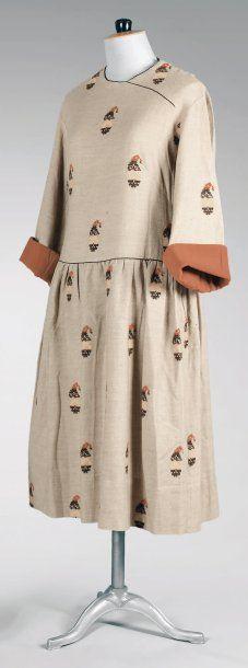 Paul Poiret, circa 1920. Veste en lainage écru tissé de façon alternée de bandes géométriques rouges et noires. Garde-robe personnelle de Denise Poiret