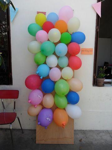 mur ballons avec surprises et bonbons à l'intérieur - yeux bandés, faire tourner l'enfant et viser avec une pique en bois