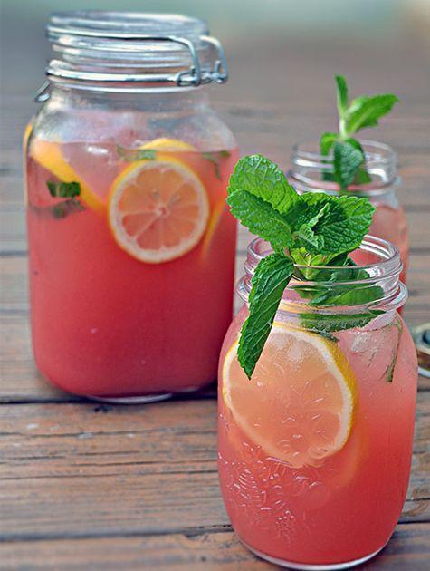 Frisse watermeloen limonade Snijd watermeloen en komkommer in kleine blokjes. Doe de blokjes in een blender samen met citroensap en blaadjes munt. Pureer het tot het een gladde massa is. Verwijder de pulp en blaadjes met een zeef uit het mengsel. Voeg ijswater toe en meng langzaam wat limonadesiroop toe. Voeg schijfjes citroen toe.