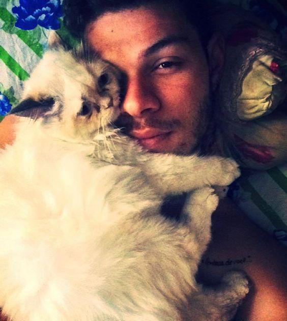 Sim ela veio me acordar assim deitando em cima do meu rosto. #Pai acorda ou morre asfixiado rs #catwhite #Branca #saopaulo #belavista #lovepet #lovecats by leandrowal #WhiteHouse #USA