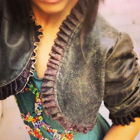 ¡Mira qué #bolero de #piel en tono marrón-verde! Debajo, #camiseta #bordada con símbolo de la #paz. ¡Los tenemos disponibles y sientan genial!