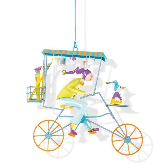 En hommage aux triplettes de Belleville et à Jacques Tati, Cyclistes de #métal et contes de légende vont valser dans votre chambres grâce à la décoration Triplé #Peintre #vert de l'Oiseau Bateau. #oiseaubateau #mobiledécoratif #JacquesTati #triplettesdeBelleville #mobilel'oiseaubateau #mobiletriplé #mobile #mobilebébé #triplés