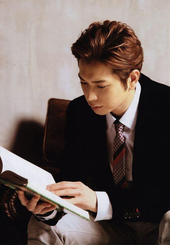 スーツで本を読む松本潤