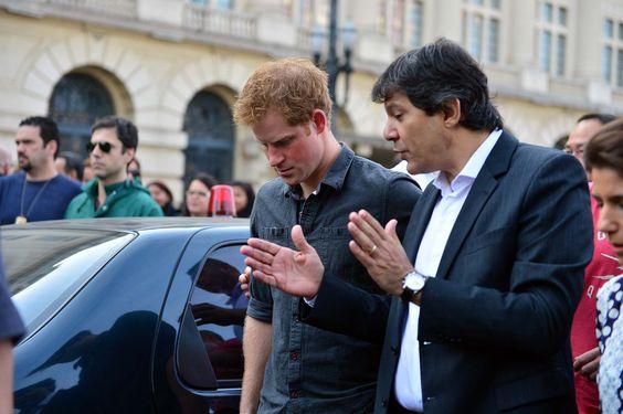 No Brasil desde o início da semana, príncipe Harry visita a Cracolândia em SP http://r7.com/uPt_