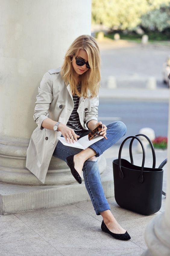 Calça jeans skinny, sapatilha preta, camiseta listrada preta/branca, sobretudo bege e bolsa pret
