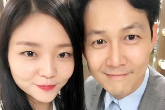 """Watch: Lee Jung Jae Thanks Esom For Thoughtful Surprise On Set Of New Drama """"Advisor"""""""