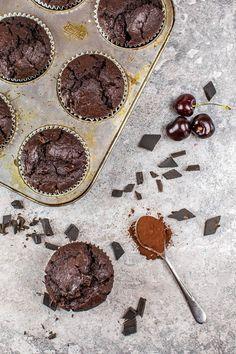 Double Chocolate Cherry Muffins | Kaffee & Cupcakes #muffins #vegan #schokolade #schokomuffins #kirschen #kirschmuffins #kakao